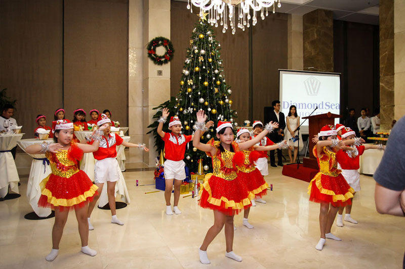 Warm Christmas Lighting Ceremony at Diamond Sea Hotel